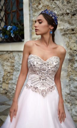 Великолепное свадебное платье с сияющим декором