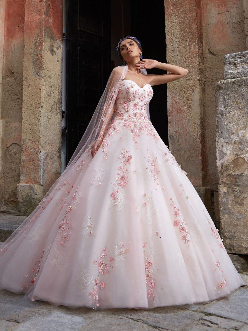 Розовое свадебное платье пышного кроя с цветочной отделкой