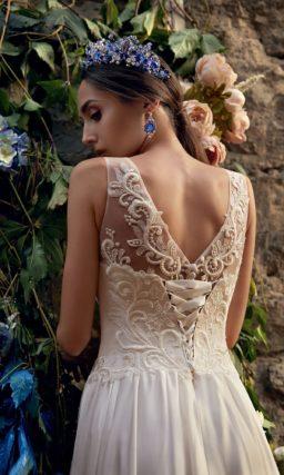 Золотистое свадебное платье с шелковой юбкой прямого кроя