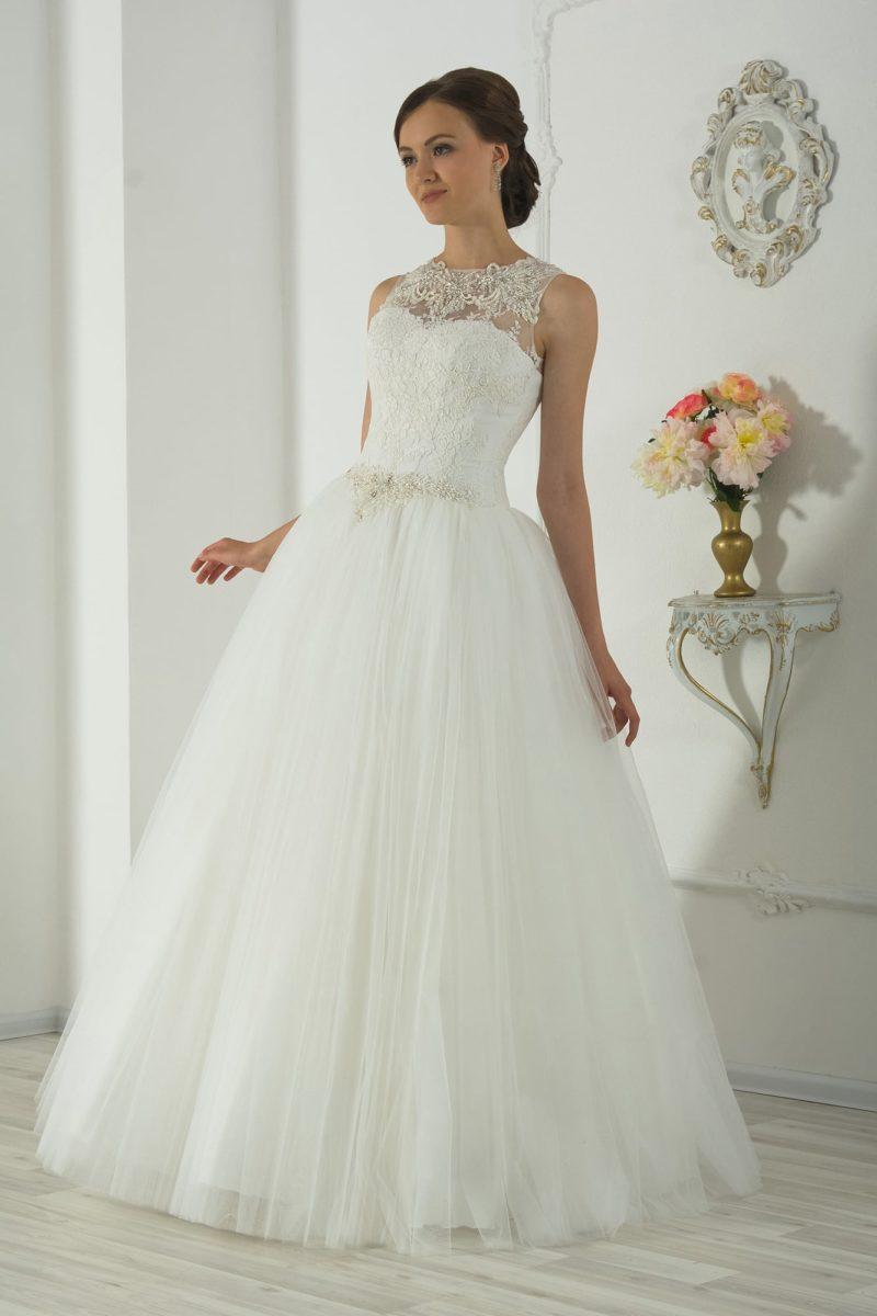 Кружевное свадебное платье с романтичной воздушной юбкой и бисерной вышивкой на талии.
