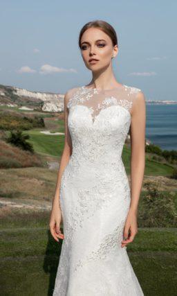 Облегающее свадебное платье «русалка» с полупрозрачной вставкой над лифом и кружевным декором.
