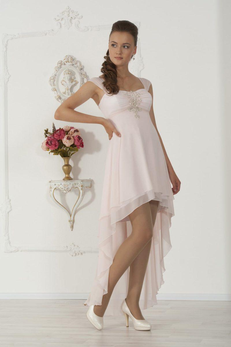 Розовое свадебное платье с укороченным спереди подолом и вышивкой стразами на лифе.