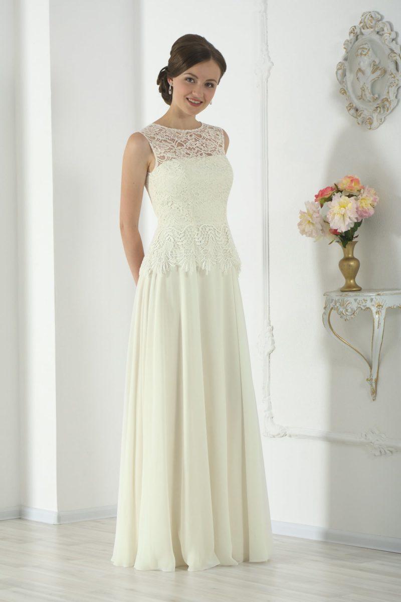 Элегантное свадебное платье лаконичного прямого кроя с кружевной отделкой закрытого верха.