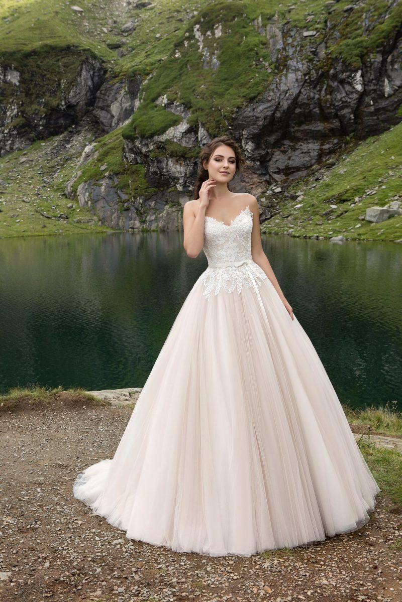 Открытое вечернее платье с кружевным верхом и пышной юбкой нежного розового цвета.