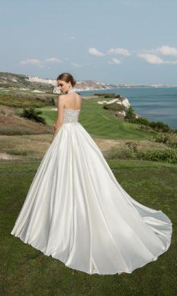 Открытое свадебное платье с кружевным корсетом и пышной юбкой из роскошного атласа.