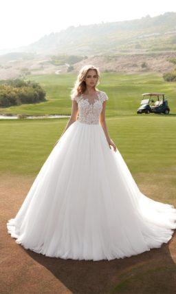 Традиционное пышное свадебное платье с соблазнительным полупрозрачным верхом из кружева.