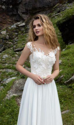 Элегантное свадебное платье прямого кроя с облегающим бежевым корсетом с кружевом.