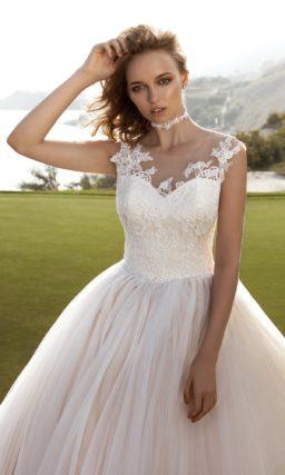 Великолепное свадебное платье с многослойной юбкой и кружевным V-образным вырезом.
