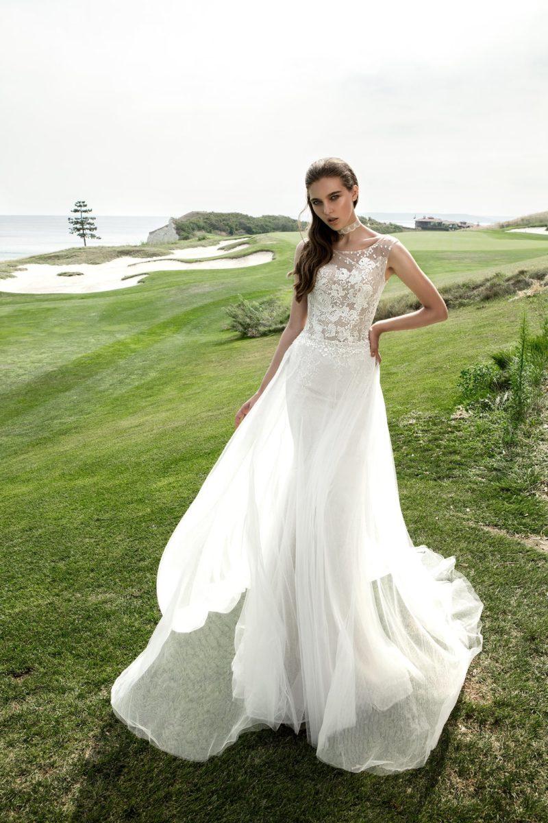 Свадебное платье-трансформер с верхом на бежевой подкладке и многослойной юбкой.