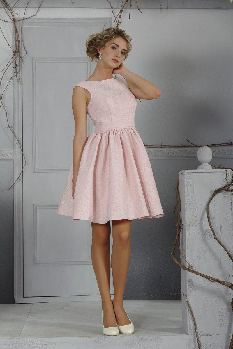 Романтичное свадебное платье нежного розового оттенка, с закрытым лифом и юбкой до колена.