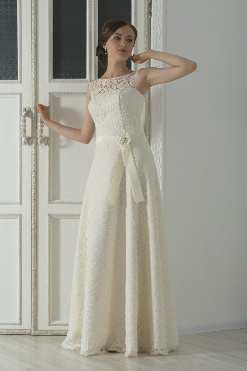 Кружевное свадебное платье в ампирном стиле, дополненное широким поясом из плотной ткани.