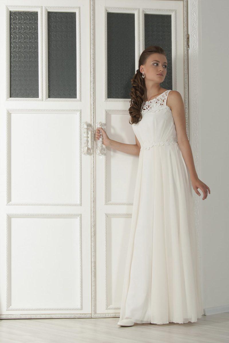 Прямое свадебное платье с кружевным декором верха и вырезом «замочная скважина» на спинке.