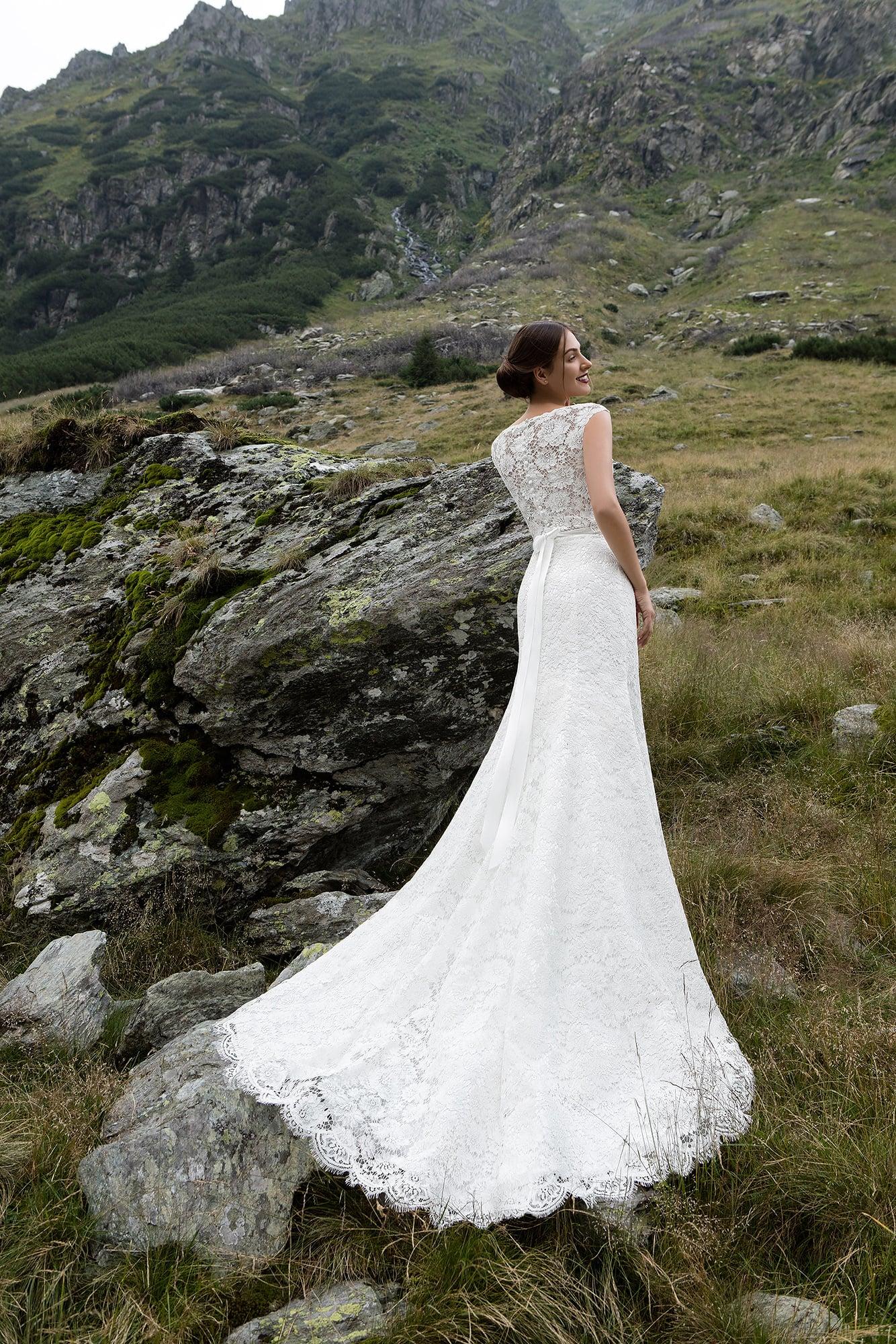 Кружевное свадебное платье «русалка» с полупрозрачным оформлением верха.