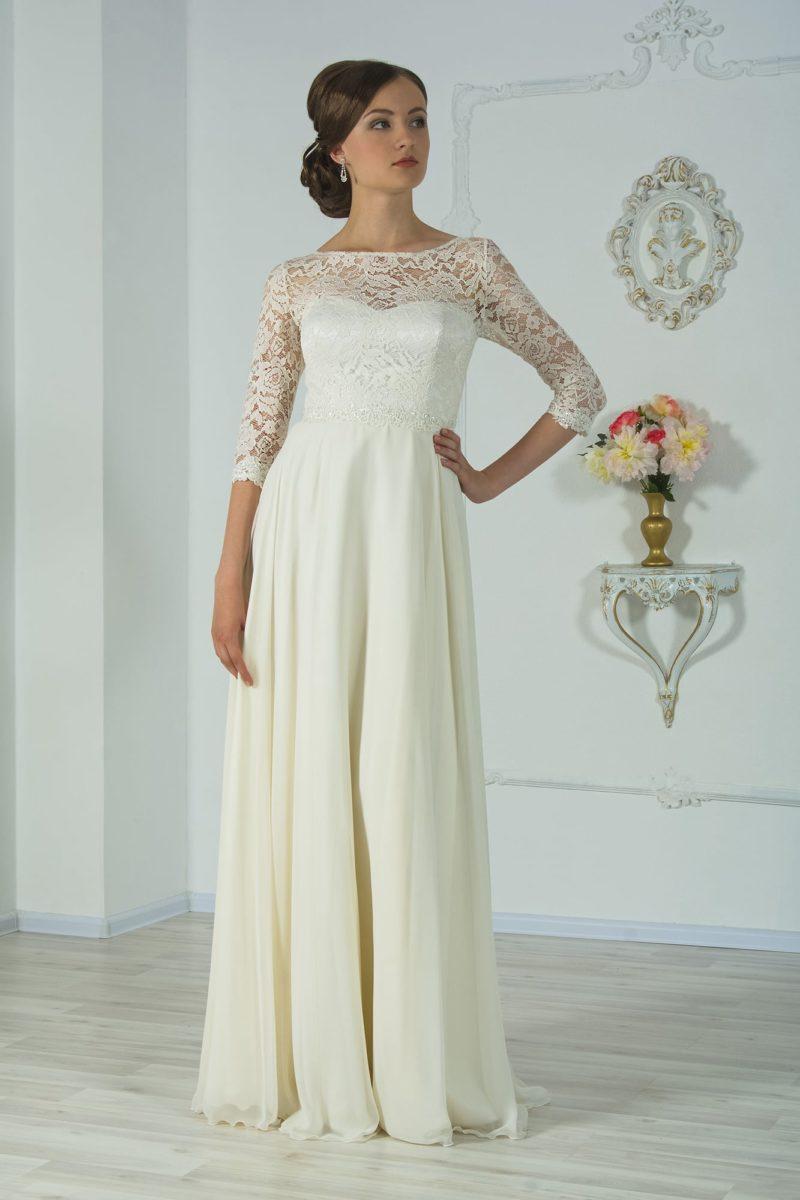 Ампирное свадебное платье с завышенной линией талии и кружевным рукавом три четверти.