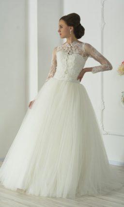 Роскошное свадебное платье пышного кроя с многослойной юбкой и открытым корсетом.
