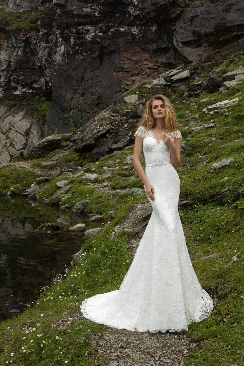Облегающее свадебное платье «рыбка» с коротким кружевным рукавом и узким поясом.