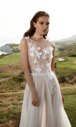 Свадебное платье с разрезом сбоку и объемной отделкой верха.