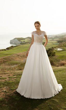Элегантное свадебное платье с лаконичной юбкой «принцесса» и нежным кружевным лифом.