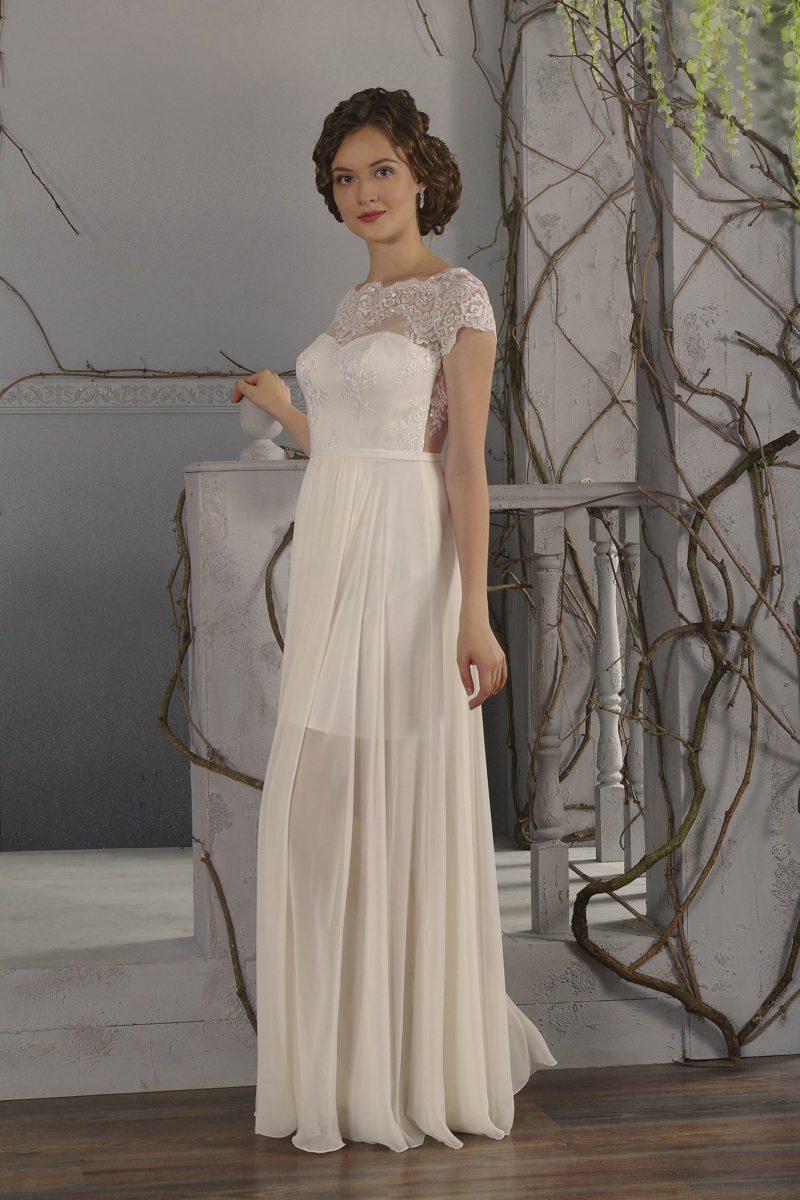Прямое свадебное платье с полупрозрачной верхней юбкой и коротким кружевным рукавом.