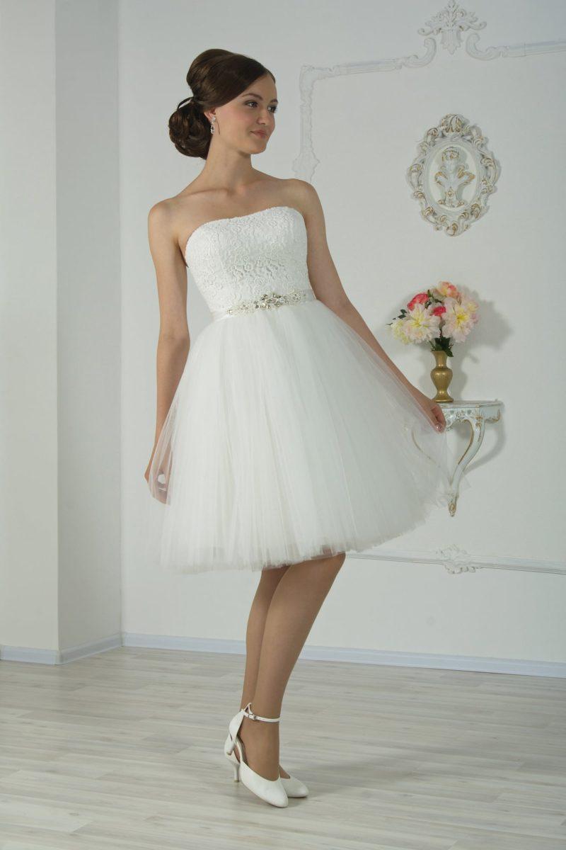 Короткое свадебное платье с многослойной юбкой до колена и открытым кружевным корсетом.