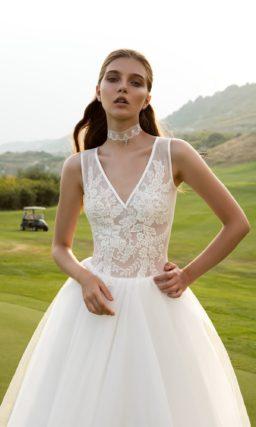 Романтичное свадебное платье «принцесса» с кружевным полупрозрачным верхом с изящными бретелями.