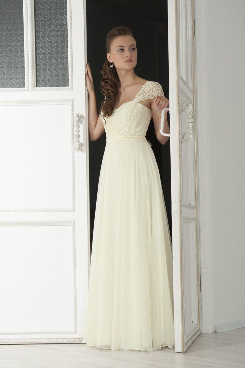 Прямое свадебное платье с женственным лифом в форме сердечка и широкими бретелями.