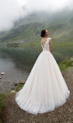 Воздушное свадебное платье с закрытым верхом, покрытым кружевными аппликациями.