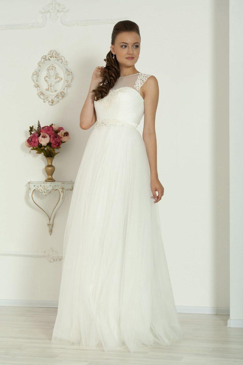 Ампирное свадебное платье с полупрозрачной вставкой над лифом и кружевной отделкой.