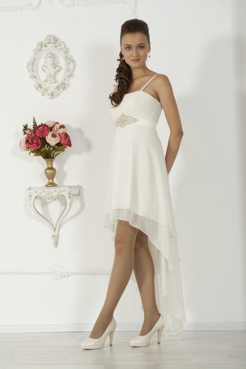 Оригинальное свадебное платье с укороченным спереди подолом и завышенной линией талии.