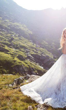 Кружевное свадебное платье прямого кроя с открытым верхом и пышной баской.