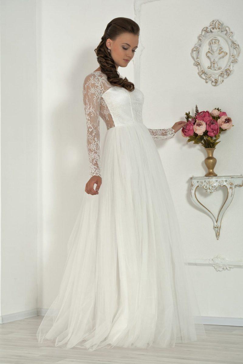 Пышное свадебное платье с оригинальной открытой спинкой и длинными полупрозрачными рукавами.