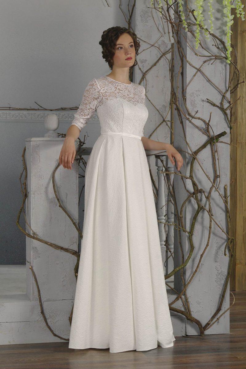 Женственное свадебное платье с кружевными рукавами в три четверти и элегантной прямой юбкой.