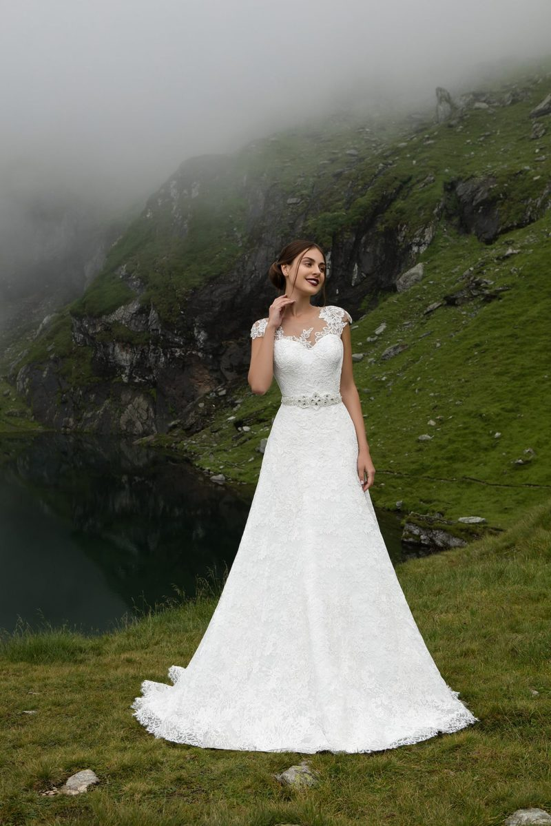 Женственное свадебное платье «принцесса» с сияющим поясом и коротким рукавом.