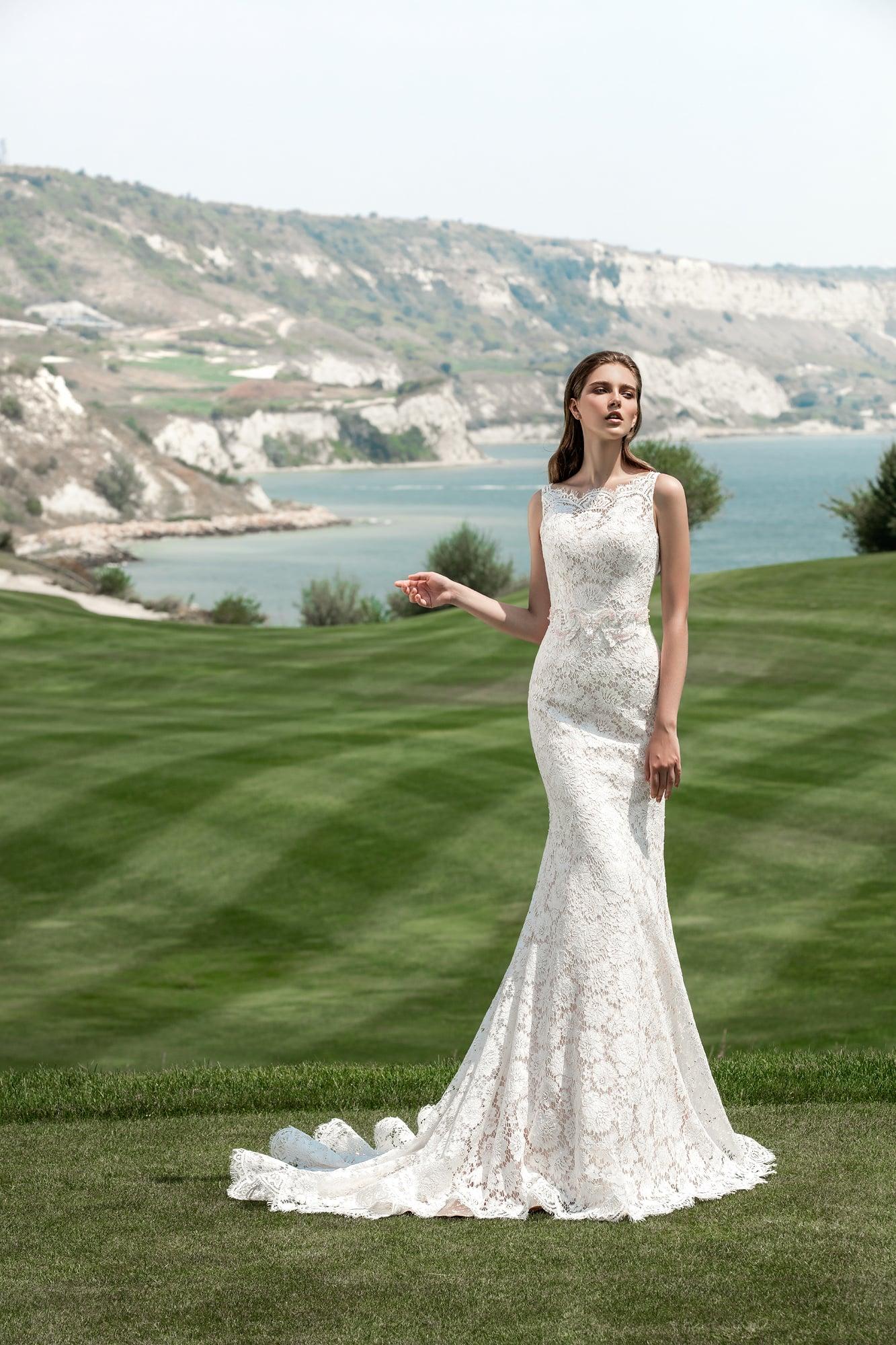 55776a69fb9 Кружевное свадебное платье «русалка» с длинным шлейфом и закрытым верхом с  вырезом под горло
