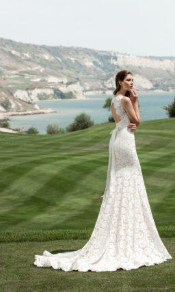 Кружевное свадебное платье «русалка» с длинным шлейфом и закрытым верхом с вырезом под горло.