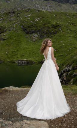 Эффектное свадебное платье «принцесса» с изящным V-образным вырезом.