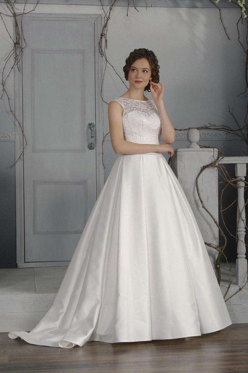 Закрытое свадебное платье с кружевным верхом и атласной юбкой силуэта «принцесса».