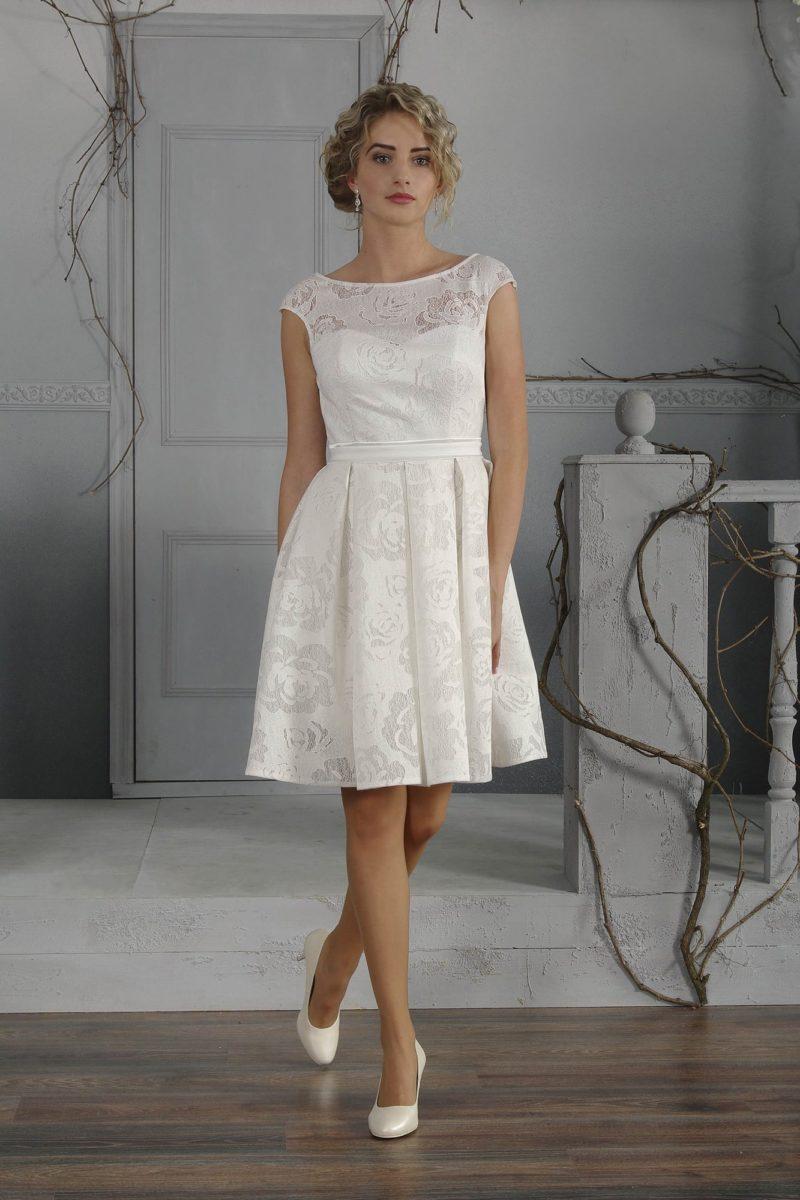 Фактурное свадебное платье с изящным закрытым верхом и юбкой длиной до коленей.