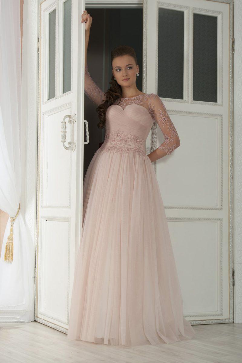 Розовое свадебное платье с роскошной многослойной юбкой и длинным рукавом из кружева.