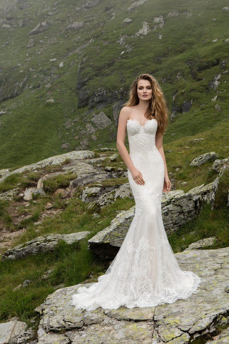 Кружевное свадебное платье с силуэтом «рыбка» и открытым лифом в форме сердца.