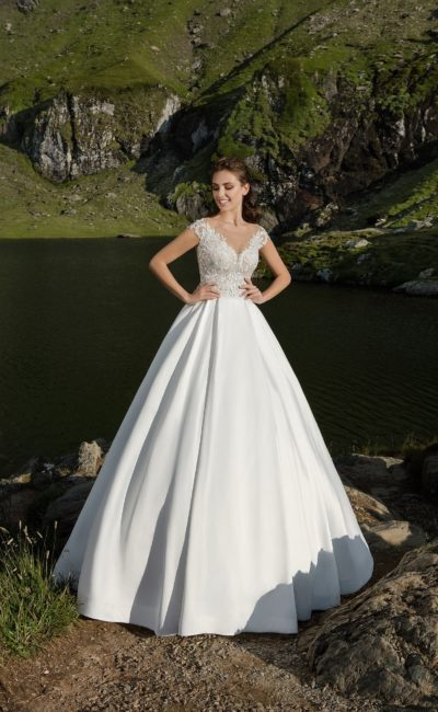 Романтичное свадебное платье с кружевным корсетом и невероятной пышной юбкой.