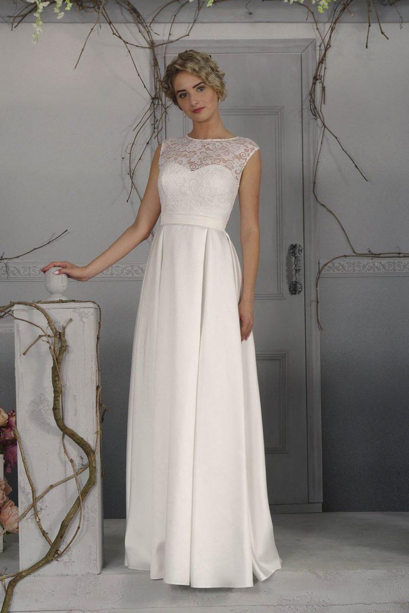 Элегантное свадебное платье прямого кроя с кружевной отделкой лифа и широким поясом.