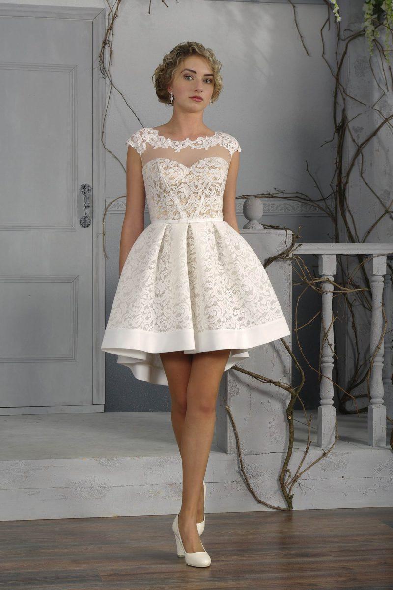 Короткое свадебное платье с выразительной кружевной отделкой на элегантной бежевой подкладке.