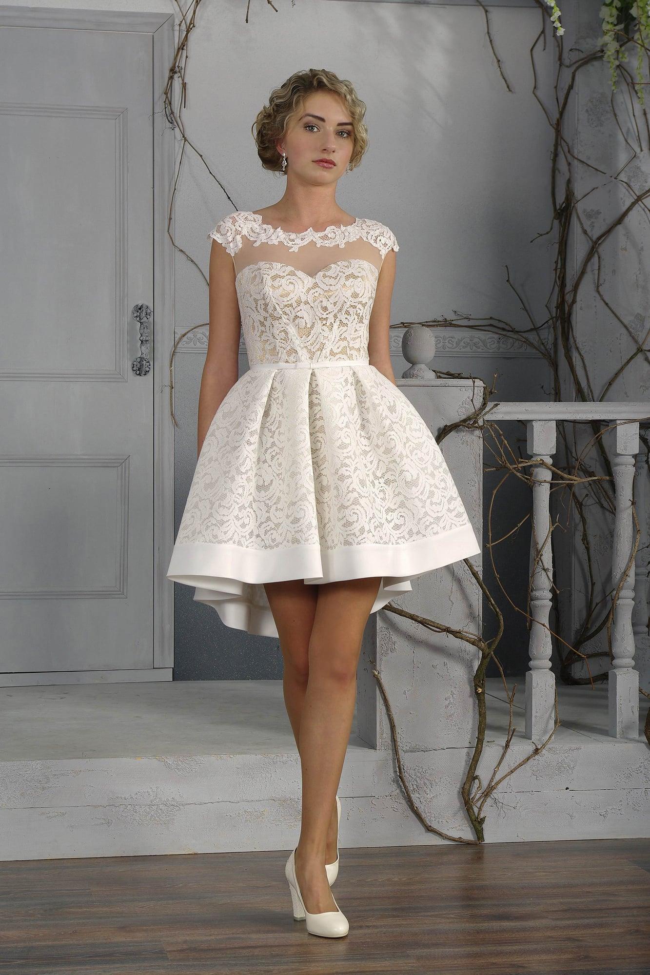 025036e6e15 Короткое свадебное платье с выразительной кружевной отделкой на элегантной  бежевой подкладке.