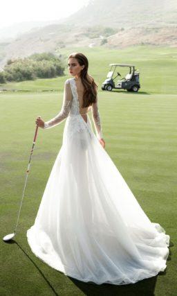 Свадебное платье «принцесса» с фактурной юбкой и длинным полупрозрачным рукавом.