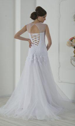 Кружевное свадебное платье «рыбка» с вырезом на спинке и тонкой вставкой над лифом.