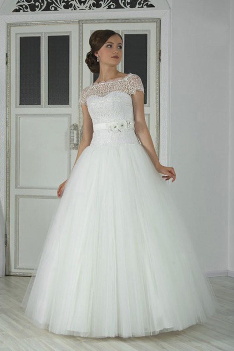 Торжественное свадебное платье «принцесса» с коротким кружевным рукавом и широким поясом.