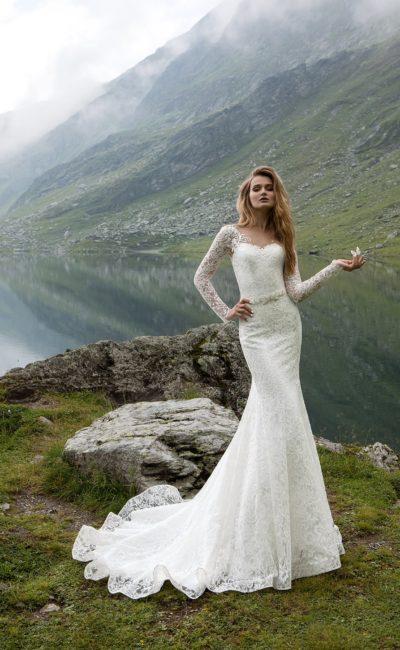 Потрясающее свадебное платье силуэта «русалка» с длинными кружевными рукавами.