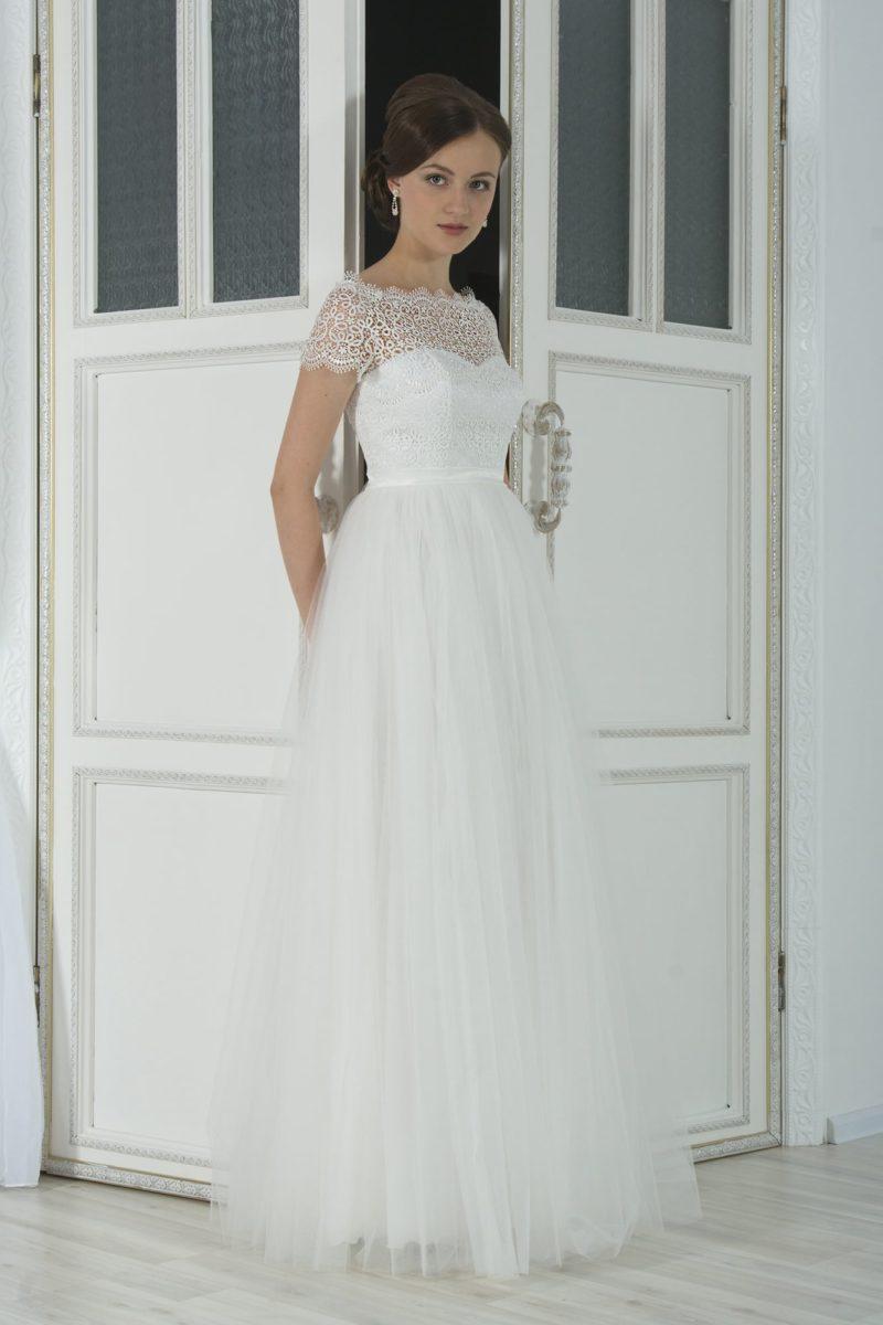 Женственное свадебное платье «принцесса» с кружевным декором верха и портретным декольте.