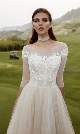 Женственное свадебное платье «принцесса» с широким округлым вырезом и длинным рукавом.